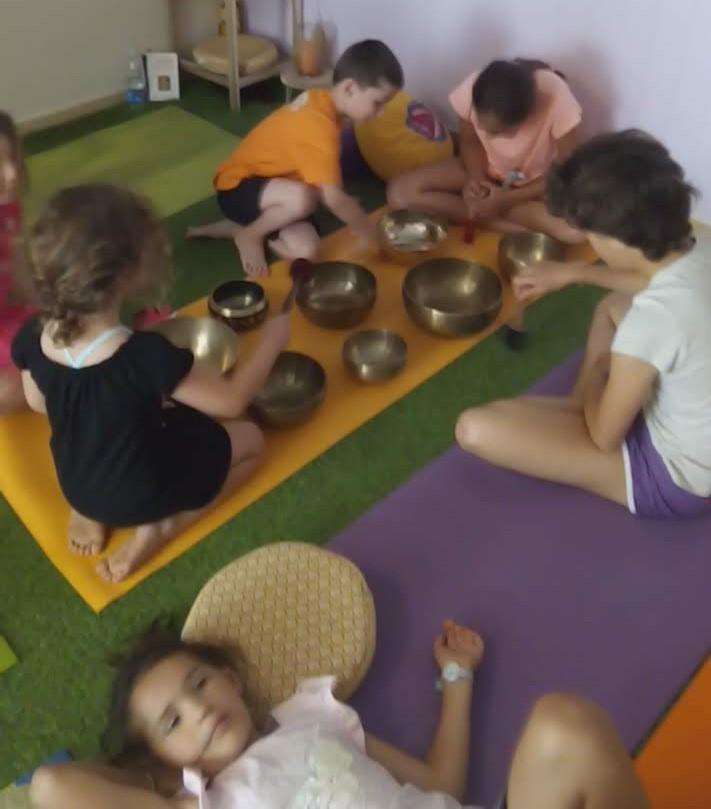 Decouverte des bols avec les enfants en classe de sophrologie yoga